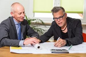Architekt Oskar A. Waschitza (links) im Kundengespräch<br /><br />