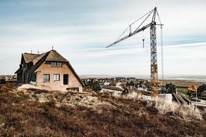 """<div class=""""bildtext"""">Umbau mit Unterkellerung eines Einfamilienhauses auf Sylt</div>"""