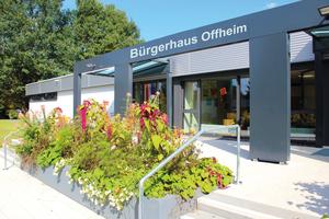 """<div class=""""bildtext"""">Haupteingang des Bürgerhauses Offheim</div>"""
