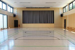 """<div class=""""bildtext"""">Sporthalle mit Bühne im Bürgerhaus Offheim</div>"""