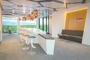 """<div class=""""bildtext"""">Inspiriert von kupferfarbenen Leiterplatten, einem Kathrein-Produkt, dient Kupfer als Gestaltungsmaterial für Wände und Decken.</div>"""