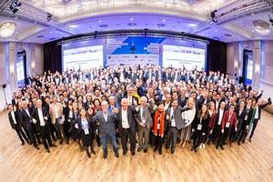 "<div class=""bildtext"">Gruppenfoto der Teilnehmer am buildingSMART International Standards Summit 2019 in Düsseldorf</div>"