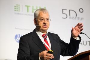 """<div class=""""bildtext"""">Prof. Dr.-Ing. Joaquín Díaz, Wissenschaftlicher Leiter, 5D Institut, referierte über Lösungsansätze zum Fachkräftemangel im Bauwesen.</div>"""