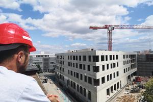 """<div class=""""bildtext"""">Bauleiter Johannes Vorndran überblickt seine Baustelle.</div>"""
