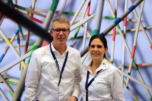 """<div class=""""bildtext"""">""""Einfach genial und genial einfach"""" lief die erste digitalBAU 2020 in Köln. Genau wie unsere Software-Lösung TRICAD MS und unser Motto 2020 ..."""", lautet das Fazit von Holga Schwipp, Geschäftsführer VenturisIT, hier neben Sabrina Lenz, Leiterin Marketing VenturisIT </div>"""