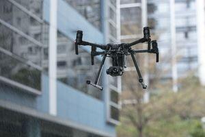 """<div class=""""bildtext"""">Mit Kameras, IR-Kameras oder 3D-Scannern ausgestattete Drohnen können Gebäude …</div>"""