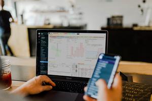 """<div class=""""bildtext"""">""""untermStrich X3"""" ist das perfekte Tool. Programmiert, um Planungsbüros in erfolgreiche wirtschaftliche Bahnen zu lenken.</div>"""