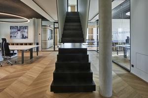 """<div class=""""bildtext"""">Dass die Verbindung zwischen allen Fachabteilungen gelebt wird, zeigt sich auch im Bürogebäude an der Marktler Straße in Burghausen: Eine scheinbar unterbrochene Treppe schließt sich beim Betreten und schafft Verbindung.</div>"""