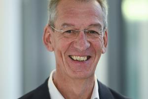 """<div class=""""bildtext"""">Univ.-Prof. Dr.-Ing. Manfred Helmus leitet seit 1992 das Lehr- und Forschungsgebiet Baubetrieb an der Bergischen Universität Wuppertal. Dort gründete er 2015 das BIM-Institut. Prof. Helmus begleitet federführend den Deutscher Baupreis auf der wissenschaftlichen Seite.</div>"""